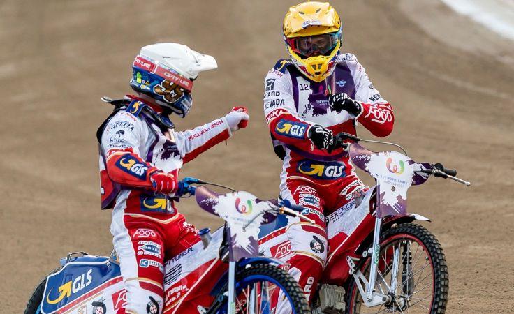 Bartosz Zmarzlik (biały kask) i Maciej Janowski (żółty, fot. PAP/Maciej Kulczyński)
