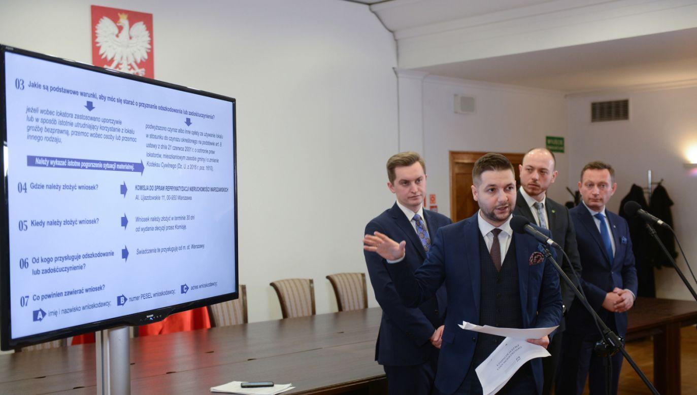 Przewodniczący komisji weryfikacyjnej Patryk Jaki poinformował o planach komisji (fot. PAP/Jakub Kamiński)