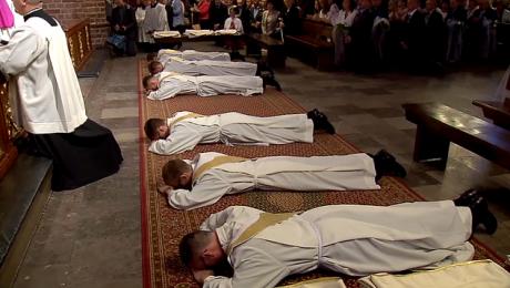 Ceremoniał obejmował m.in. litanię, podczas której kapłani leżeli twarzą do ziemi i modlili się