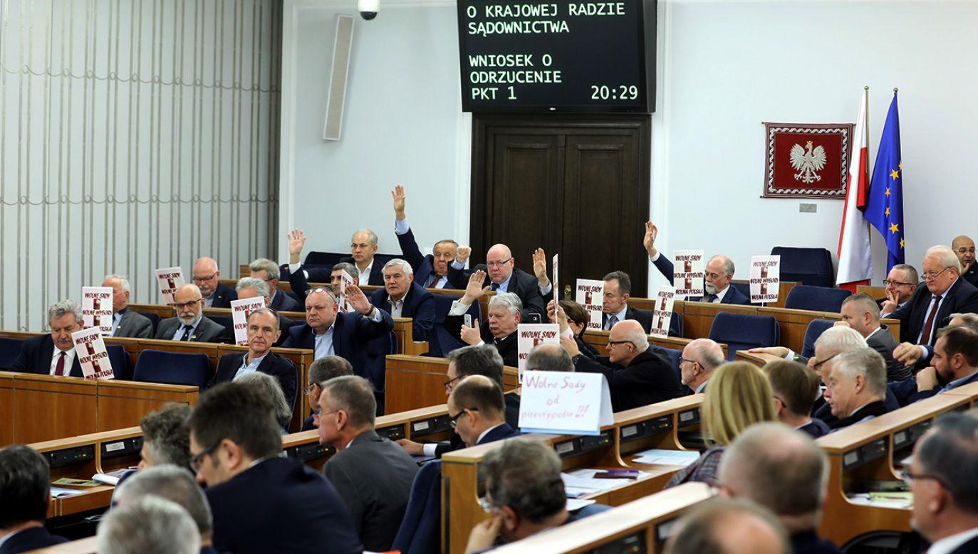 Za przyjęciem ustawy głosowało 60 senatorów, 26 było przeciw, a jeden wstrzymał się od głosu (fot. PAP/Rafał Guz)