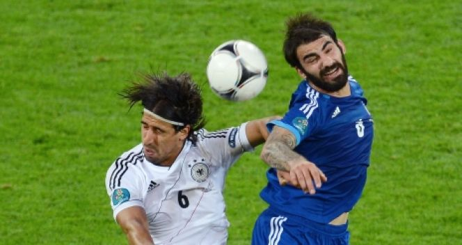 Grigoris Makos i Sami Khedira (fot. Getty Images)