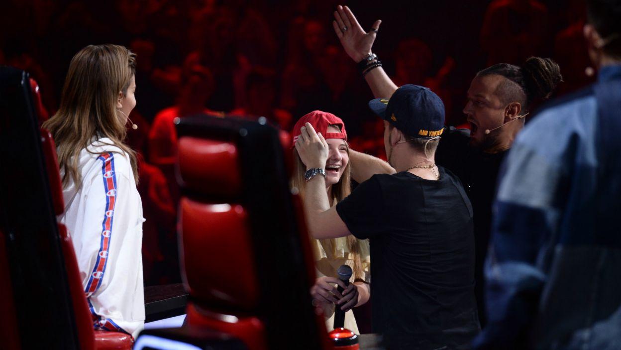 Młoda piosenkarka wybrała jednak Tomsona & Barona, po czym dostała od nich drużynową czapkę (fot. TVP)