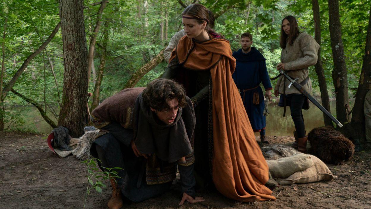 Guncel zaczyna dławić się kawałkiem kości, ratuje go Helena. – Jak się je, to się nie gada – krzyczy do rycerza (fot. TVP)