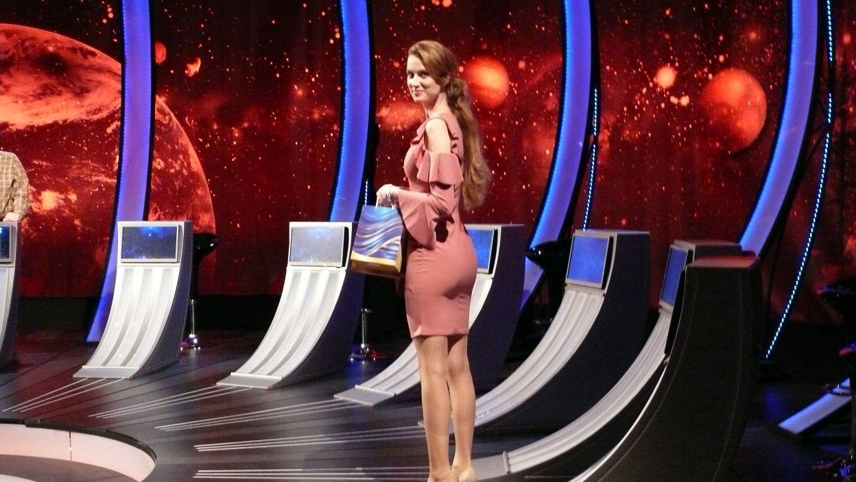 Pani Sylwia już czeka, aby wręczyć nagrody finalistom