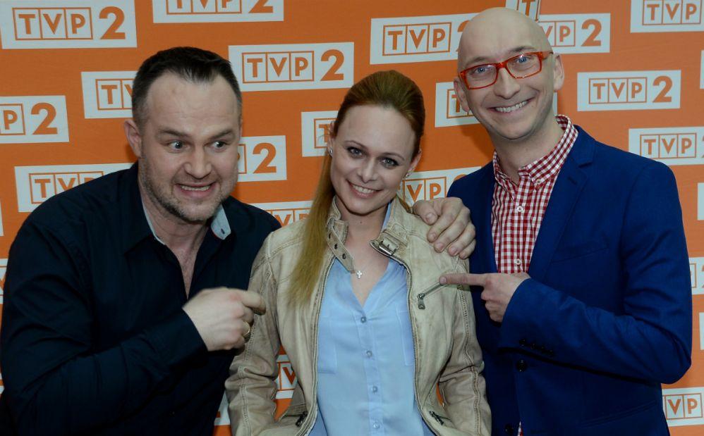 profesjonalna-behawiorystka-katarzyna-bargielowska-w-towarzystwie-uczestnikow-programu-aktora-dawida-zawadzkiego-oraz-dziennikarza-radiowego-kamila-nosela-fot-tvp-isobieszczuk