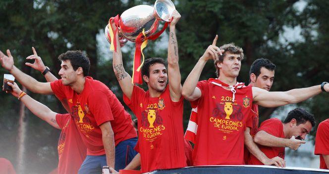 Cesc Fabregas z Pucharem Henri Delaunaya (fot. Getty Images)