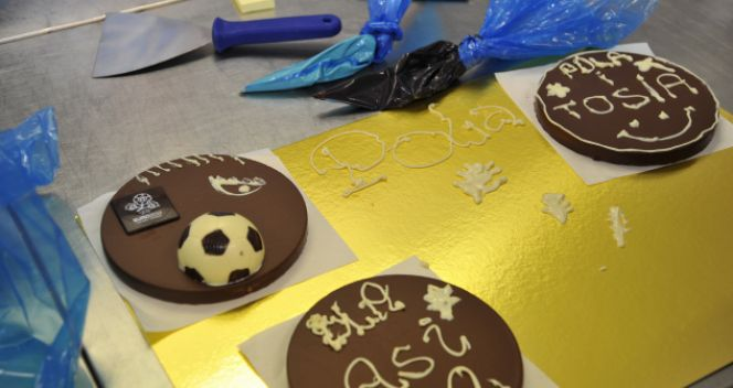 Torciki czekoladowe także miały symbole Euro (fot. TVP/Ireneusz Sobieszczuk)