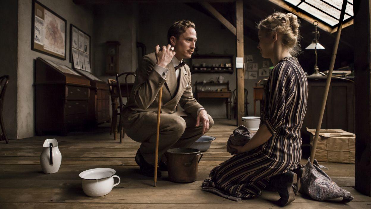 Kłopoty w redakcji zbliżają natomiast Dostera i Marynię. Mężczyzna pociesza załamaną dziewczynę (fot. TVP)
