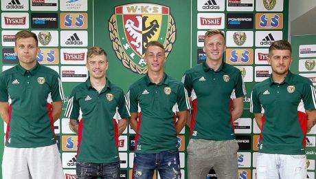 Od lewej: Dorde Cotra (L), Jakub Kosecki, Oktawian Skrzecz, Jakub Słowik, Michał Chrapek (fot. facebook.com/slaskwroclawpl)