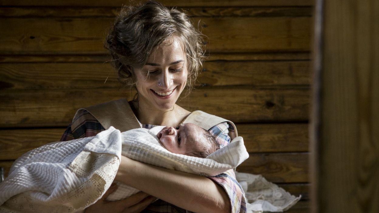 Panna Biernacka rodzi zdrową dziewczynkę, a na imię daje jej Józefina (fot. TVP)