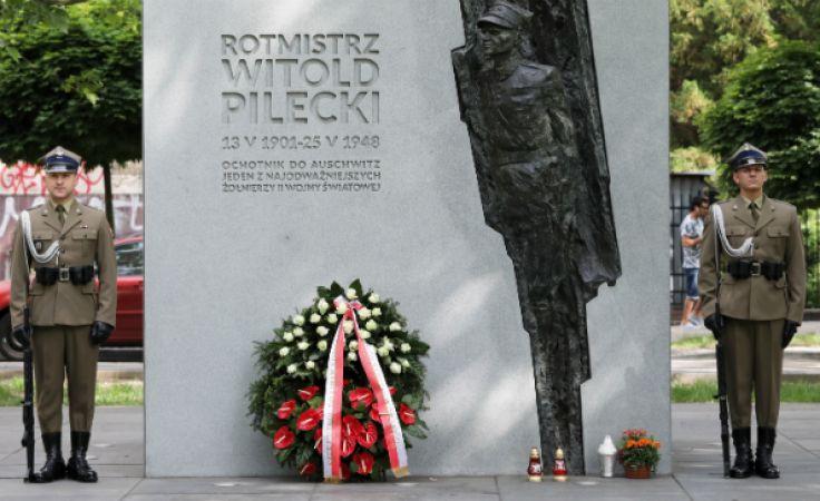 Ceremonia złożenia kwiatów przed pomnikiem rtm. Witolda Pileckiego na warszawskim Żoliborzu. Fot: PAP/Tomasz Gzell