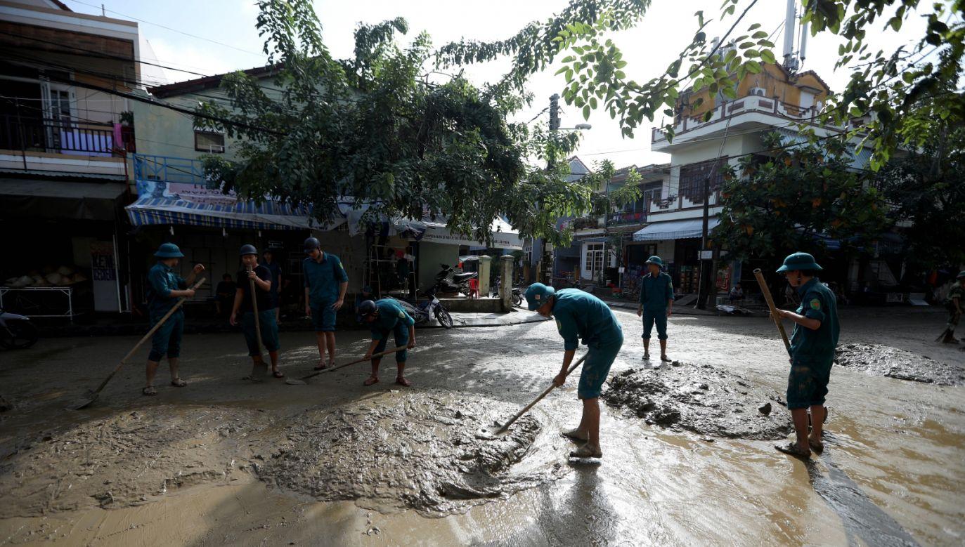 Tajfun zniszczył ponad 40 tys. hektarów upraw (fot. PAP/EPA/LUONG THAI LINH )