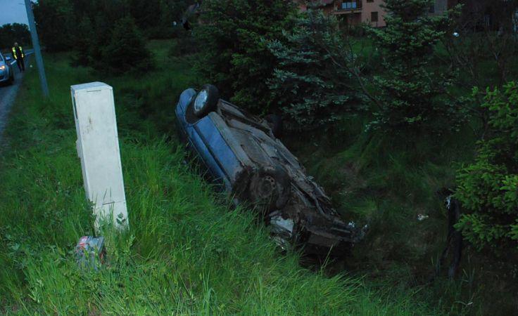 Ucieczka skończyła się dachowaniem (fot. dolnoslaska.policja.gov.pl)