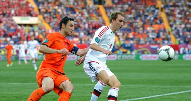 Mark van Bommel i Christian Eriksen (fot. Getty Images)