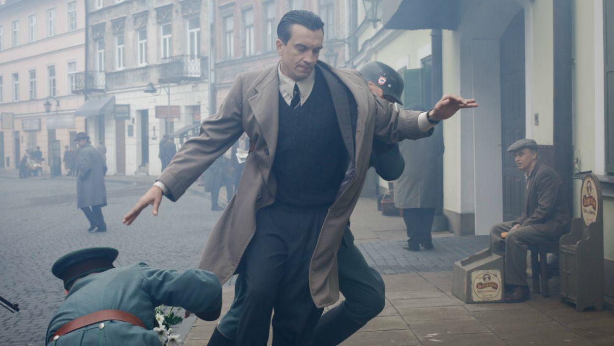 Niespodziewanie zatrzymuje go policja i znajduje przy nim broń. Witek zostaje aresztowany (fot. TVP)