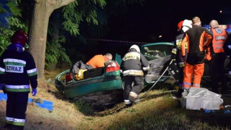 W tym renault, rozbitym na drzewie w Jeziorkach, zginął kierowca (fot. cmg24.pl)