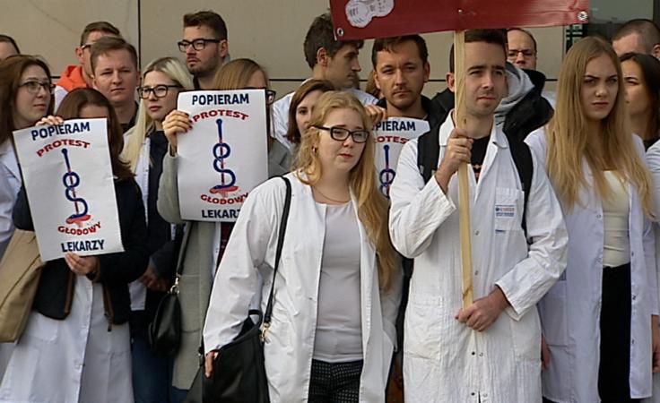 Lekarze rezydenci protestowali przed Urzędem Marszałkowskim