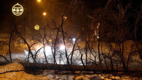 Drzewo powalone na jezdnię w centrum Zakopanego