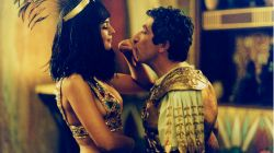 """Królowa egipska w filmie """"Asterix i Obelix: Misja Kleopatra"""" dobrze wie, jak poprowadzić swój lud do zwycięstwa (fot. TVP)"""