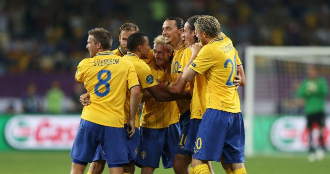 Ibrahimović w ramionach kolegów (fot. Getty)
