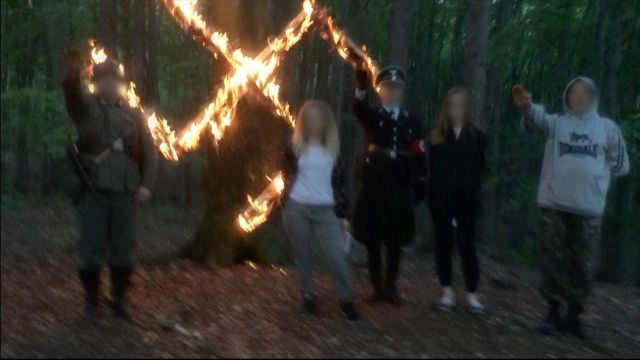 Wyciekły szokujące zdjęcia operatora TVN. Hajlowanie na tle flagi ze swastyką