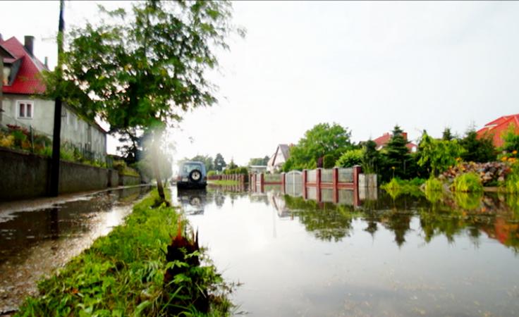 Deszczówka, która spływa z drogi niszczy uprawy i dom