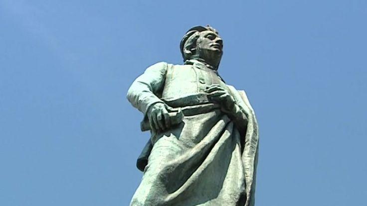 """Pomnik jest ulubionym miejscem spotkań krakowian i turystów, którzy chętnie umawiają się """"pod Adasiem"""""""