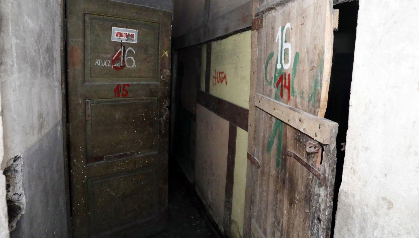 Wnętrze budynku przy ulicy Strzeleckiej 8 w Warszawie (fot. PAP/Tomasz Gzell)
