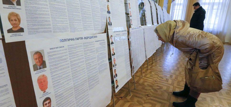 Lokal wyborczy w Kijowie (fot. PAP/EPA/SERGEY DOLZHENKO)