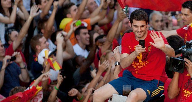 Iker Casillas musiał takie powitanie uwiecznić na swoim telefonie (Fot. Getty Images)