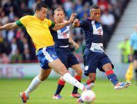 O piłkę walczą Leandro Damiao i Ryan Bertrand (fot. PAP/EPA)