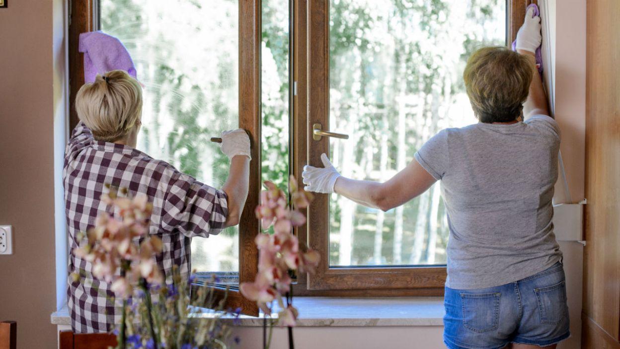 I gdy para odpoczywała na trawie, Elżbieta i Gosia zajęły się myciem okien (fot. TVP)