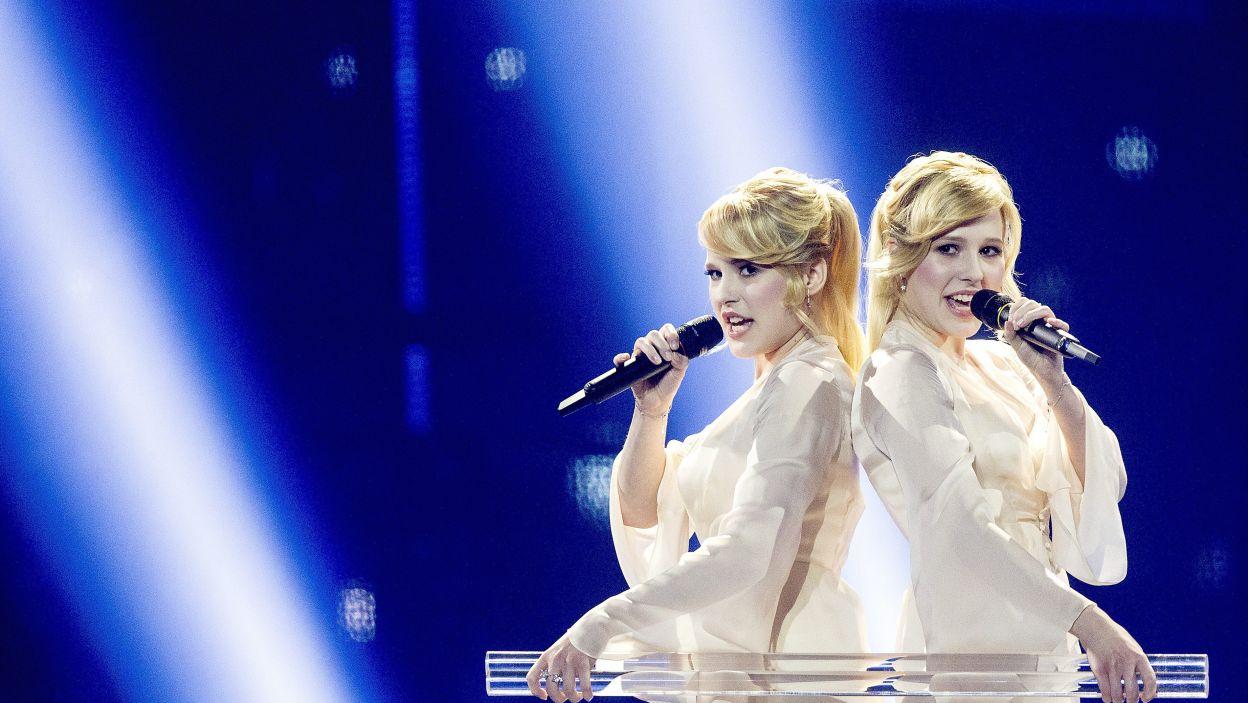 """Te dwa rosyjskie anioły, to siostry Tolmachevy w utworze """"Shine"""" (fot. PAP/EPA)"""