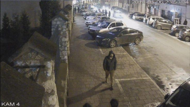 Foto z monitoringu, na którym widać zaginionego przechodzącego 6 stycznia br. około  godz. 23:53 ul. Miodową w Krakowie (fot.malopolska.policja.gov.pl)