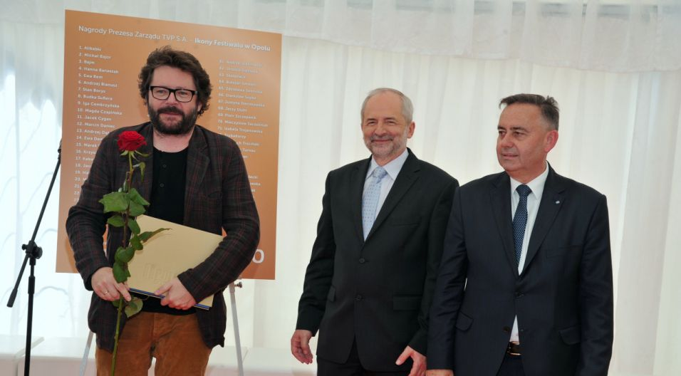 Grzegorz Turnau z jubileuszową nagrodą (fot. Ireneusz Sobieszczuk/TVP)