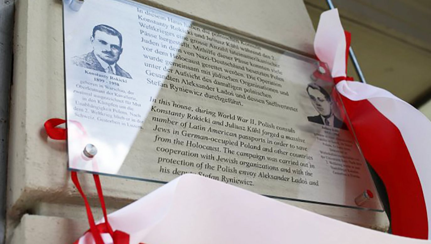 Tablica upamiętniająca polskich dyplomatów, Konstantego Rokickiego i Juliusza Kühla, którzy ratowali Żydów podczas wojny(fot. PAP/Leszek Szymański)