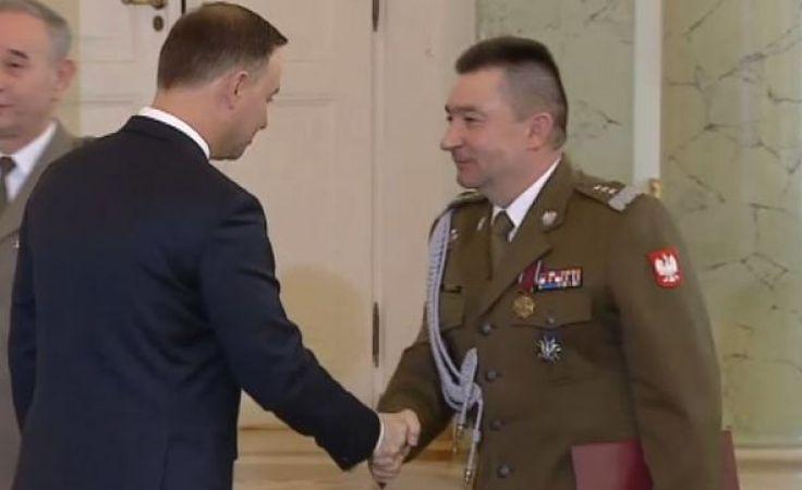 Prezydent Andrzej Duda wręcza akt mianowania generałowi Leszkowi Surawskiemu