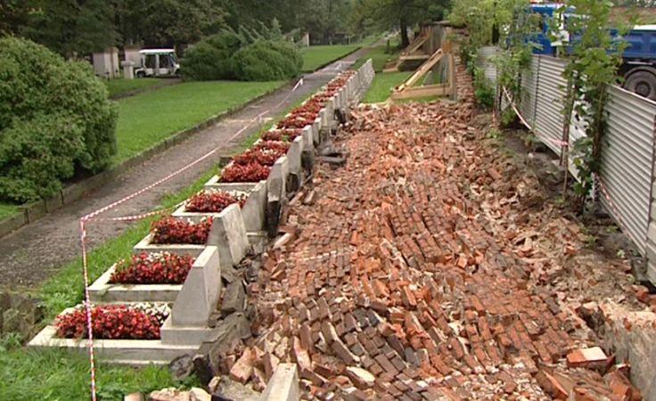 Runął fragment muru Cmentarza Rakowickiego w Krakowie