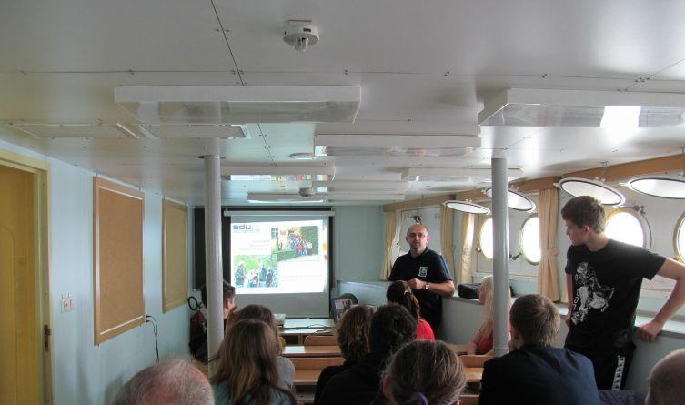 Na dolnym pokładzie statku odbywały się prelekcje, w których uczestniczyli uczniowie oraz członkowie kolejnej wyprawy