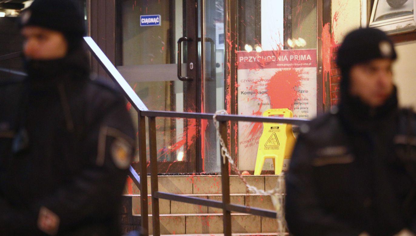 Oblane farbą wejście do siedziby PiS na ulicy Nowogrodzkiej w Warszawie (fot. PAP/Leszek Szymański)