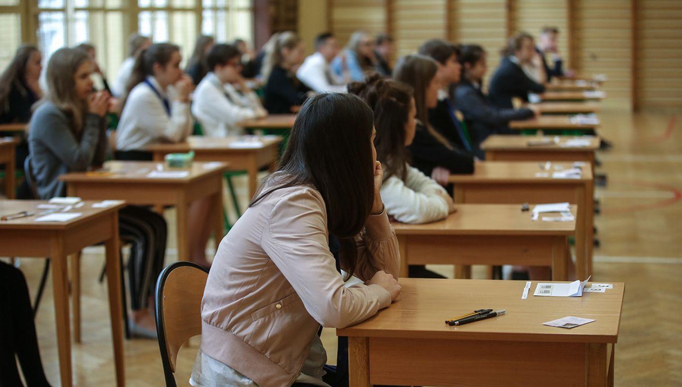 Uczniowie klas Gimnazjum nr 38 w Warszawie przed rozpoczęciem egzaminu gimnazjalnego (fot. arch. PAP/Rafał Guz)