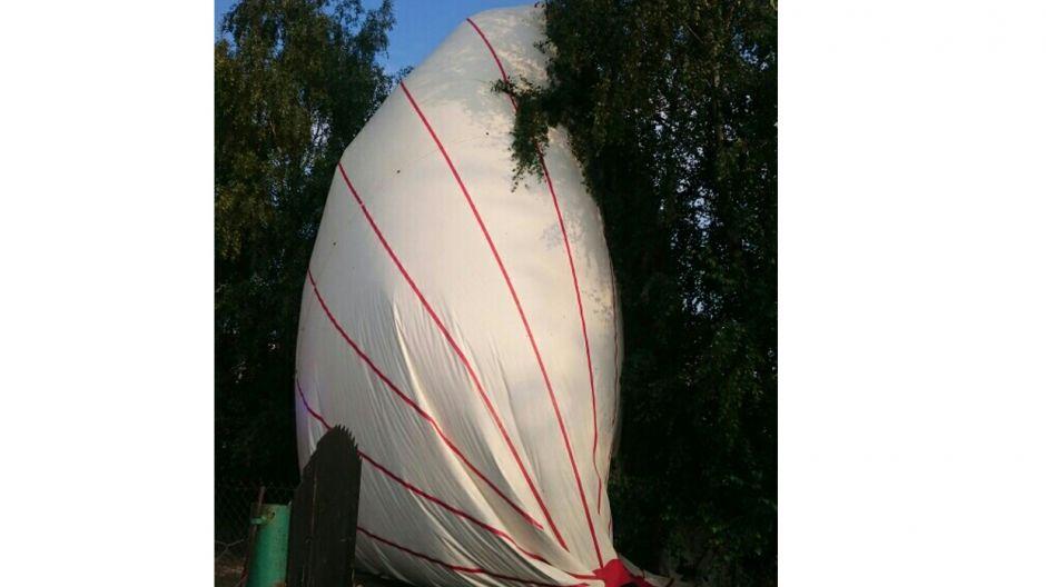Balon zatrzymał się na drzewie (itvszubin.pl)