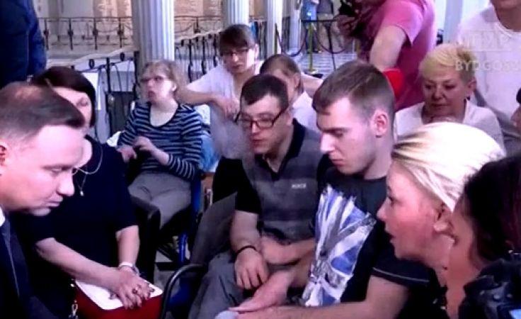 Prezydent i premier wyszli do protestujących rodzin osób niepełnosprawnych