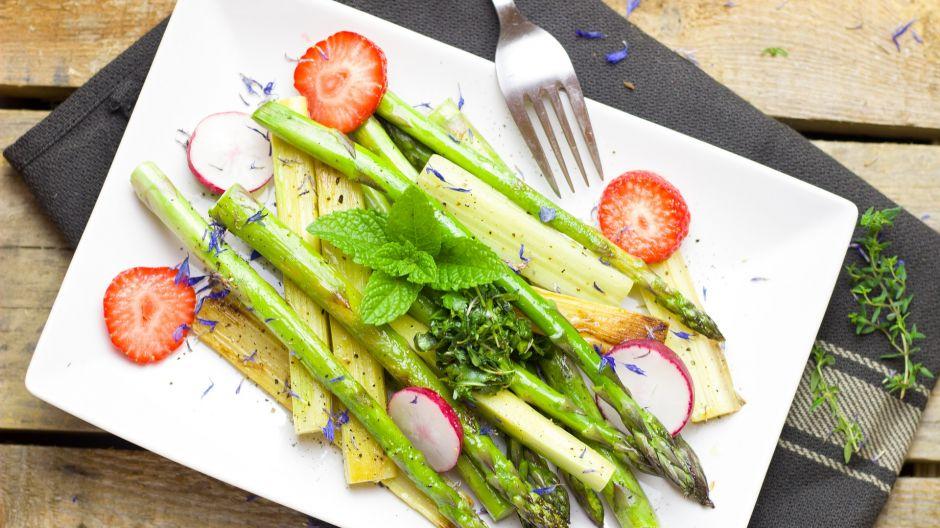 Wiosenna sałatka z rabarbarem i sałatkami to świetne urozmaicenie codziennej diety (fot. Shutterstock)