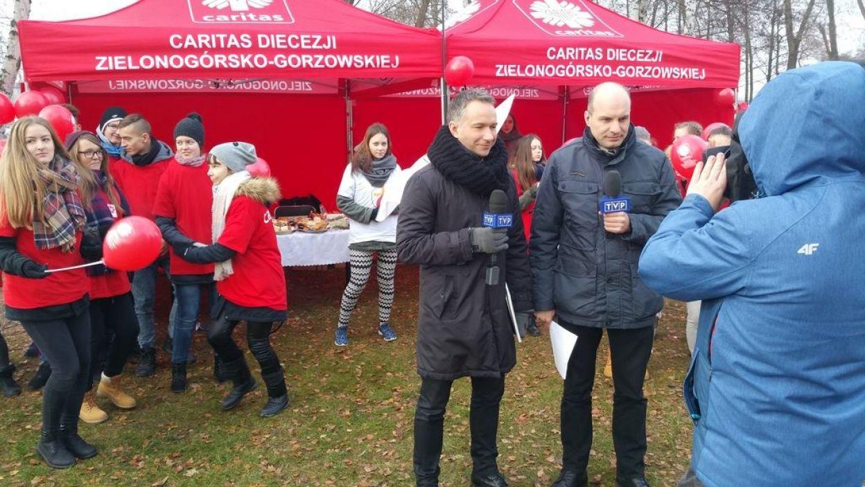 """W Zielonej Górze przyglądaliśmy się akcji odpalania Płomienia Miłosierdzia i """"Szlachetnej Paczce"""" (fot. TVP)"""