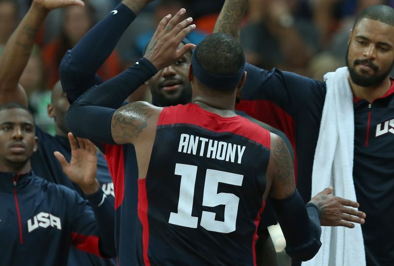 Carmelo Anthony z kolegami z drużyny (fot. Getty Images)