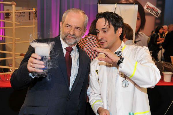 Radek Brzózka zapewniał, że eksperymenty nie są niebezpieczne (fot. I. Sobieszczuk/TVP)