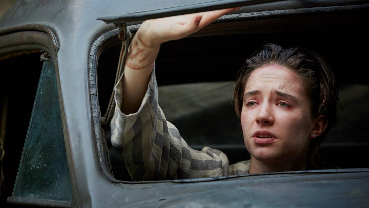 Ich opiekunką staje się dwudziestoletnia Hanka, również była więźniarka (fot. materiały prasowe)