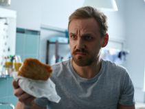 Tymczasem Krzysiek znajduje w koszu na pranie... kotlety i mnóstwo starych kanapek (fot. TVP)