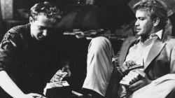 """""""Zabij mnie glino"""" (1987) pierwszy w karierze Bogusława Lindy film gangsterski. Z Markiem Barbasiewiczem przeliczają grube tysiące  (fot. TVP)"""